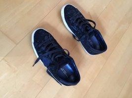 Sneaker in dunkelblau