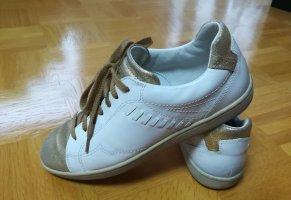 Sneaker mit goldfarben glitzernden Details