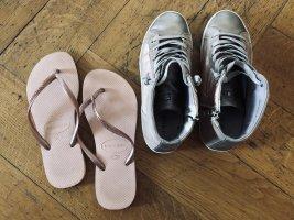 Sneaker und havaianas Roségold