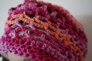 Cappello all'uncinetto magenta-arancio neon