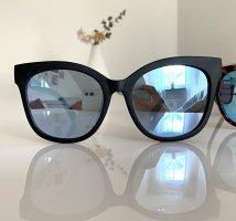 Quay Oval Sunglasses black