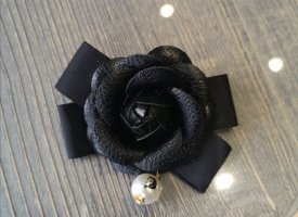 Statement Brosche Anstecknadel Kamelie Blüte in schwarz