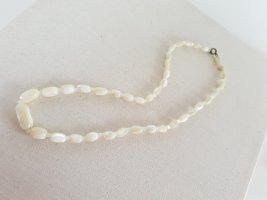 Collier de perles blanc-beige clair