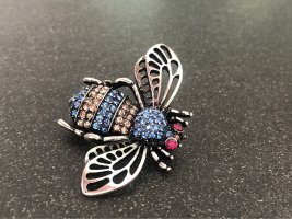 süße Brosche silber Biene blau beige Insekt fliege fly bee