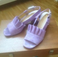 Süße fliederfarbene Sandalen