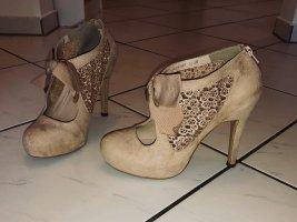 Süße High heels mit Spitze und Schleife