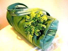 Süße Stoffhandtasche in sommerlichen Grüntönen mit großer Paillettenblume