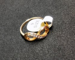 Złoty pierścionek w kolorze różowego złota