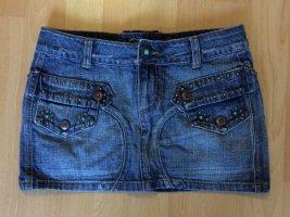 Süßer Jeansrock mit vielen Verzierungen in der Größe xs