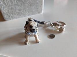 Süßer Schlüsselanhänger Mopswelpe mit Perlenhalsband