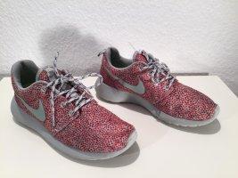 Superleichte NIKE Sneaker Gr. 36,5 gepunktet rot-grau