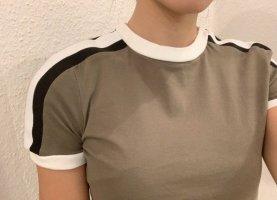 T-Shirt mit Details von PrettyLittleThing