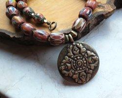 Tibetische Halskette mit Anhänger und vintage Chevronperlen, Herbstfarben, BOHO