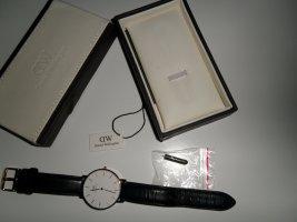 Tolle Daniel Wellington Armbanduhr mit schwarzem Lederarmband