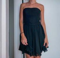 Trägerloses schwarzes Kleid