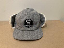 Futrzana czapka srebrny-w kolorze białej wełny Wełna
