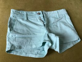 Türkisfarbene kurze Hose