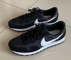 Turnschuhe Sneaker Nike 41/42 wie neu schwarz weiß