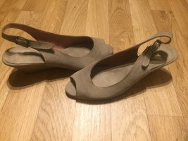 Ungetragene hohe Sandalen