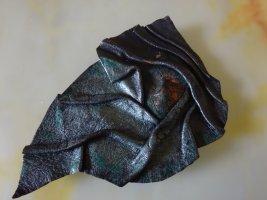 Broche noir cuir