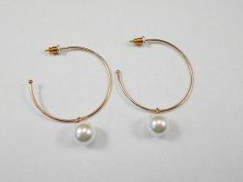 vergoldete Ohrringe mit Kunstperle, Creolen mit Perlen-Charm, Creole mit Perle