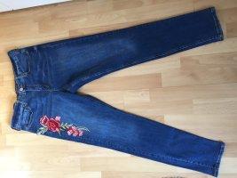 Violeta Jeans mit Rosen
