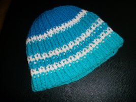 Cappello all'uncinetto blu-turchese