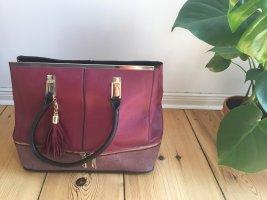 Weinrote Handtasche mit schönen Details