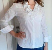 weiße Bluse mit Rüschen am Ausschnitt
