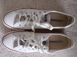 Weiße Converse mit gebrauchsspuren
