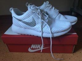 Weiße Nike Roshe mit silber