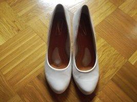 Weiße Schuhe mit Keilabsatz
