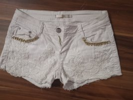 Weiße Shorts mit Rüschen
