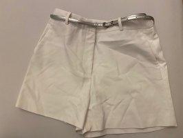 Weiße Zara Shorts mit passendem Gürtel