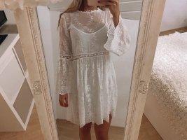 Weißes Minikleid mit Lochstickerei