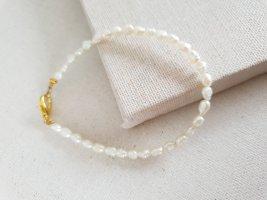 Boutique Ware Brazalete de perlas beige claro