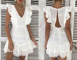 Weißes Sommerkleid mit rüschen