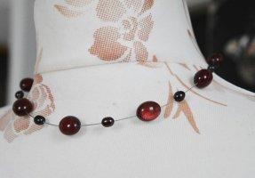 wunderschöne Kette mit schwebenden dunkelroten /dunkellila Perlen