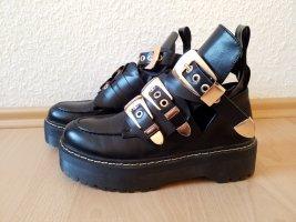 wunderschöne schwarze Boots Stiefelette mit Cut-Outs, goldenen Schnallen und Nieten