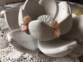 Wundervolle Ohrringe in zart rosa und gold von der Pariser Firma Les Néréides