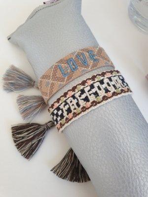 2 bestickte Armbänder