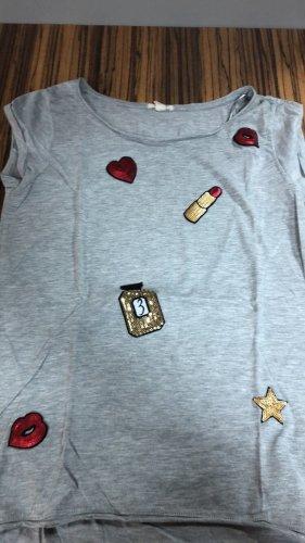 2 graue T-Shirts mit Aufdruck