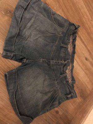 2 Jeansshorts für 3 Euro.