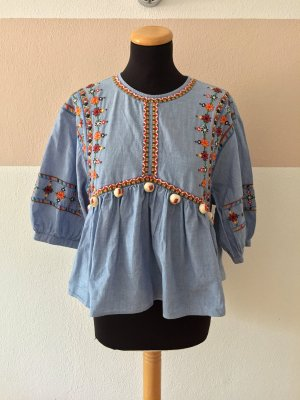 21091905 Blaue Stickerei Bommel Bluse von Zara, Gr. M (NEUw.)