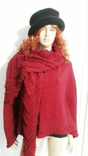 Knitted Poncho black-carmine