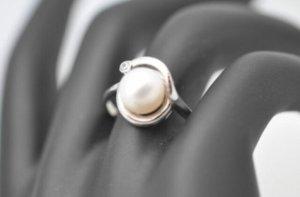 333 Weißgold Ring Gr. 56/ 17,8 mit Perle und funkelndem Stein