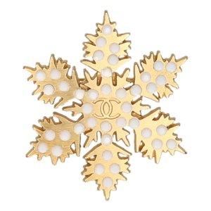 35440 Chanel CC Brosche aus Metall und Kunstharz in den Farben Gold und Weiss Anstecknadel