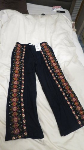 7/8 Culotte aus Stoff von Zara mit seitlichem Zipp und wunderschöner Blumen Bestickung