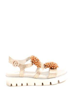 8 Sandalias con plataforma color oro-blanco look casual