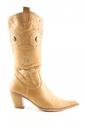 a cool girl Boots western rose chair style mode des rues
